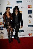 LOS ANGELES - 11 de FEB: Slash; esposa Perla llega a la fiesta de la Pre-Grammy organizada por Clive Davis en th