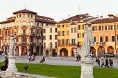Casas no Prato Della Valle, em Pádua, Itália