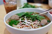 Pho de sopa de tallarines vietnamita carne rara
