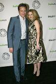BEVERLY HILLS, CA - 9 de março: Seamus Dever e Juliana Dever chega em 2012 Paleyfest