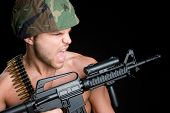 Постер, плакат: Солдат держа пистолет