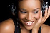 Постер, плакат: Черная женщина слушать музыку