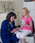 Enfermeira verificar nível de açúcar no sangue de diabético