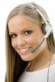 Jovem feliz bonita atendimento operador girl no fone de ouvido, sorrindo, isolado no branco backgrou