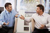 Постер, плакат: Путать предприниматели сидя за столом в кабинете глядя друг на друга говорить