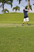 Menino pré-adolescente golfe