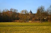 Der Blick auf die Dom (Kathedrale) und A Kloster auf A Frauenberg aus Aue Park In Fulda, Hessen, Keim