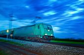 un tren de carga viaja a través de la noche. tren nocturno con personas