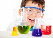glücklich kleine Wissenschaftler im Labor isoliert auf einem weißen Hintergrund spielen