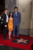 LOS ANGELES - MAR 7: Dave Franco, Betsy Franco, James Franco en el Hollywood Walk of Fame ceremonia