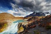Cascada en el Parque Nacional de Torres del Paine, Patagonia, Chile