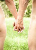 Joven pareja caminando de la mano