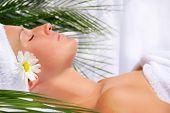 Mujer joven hermosa relajante en el spa