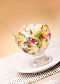 Ensalada de frutas saludables con yogur