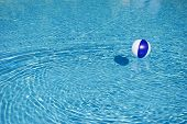 Beachball azul e branco na piscina de flutuação