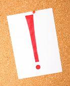 Branco nota com ponto de exclamação na placa de cortiça