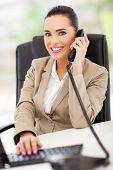 bela telefonista feminino respondendo de telefone