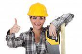 Um carpinteiro feminino desistindo do polegar.