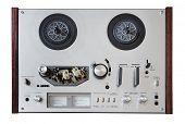 grabador analógico Vintage aislado sobre fondo blanco con trazado de recorte