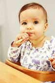 Постер, плакат: Маленький милый ребенок ест