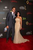 LAS VEGAS - 19 de junho: Justin Hartley, Linsday Hartley chegando no 38º Daytime Emmy Awards no Hi