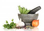 Reihe von Zutaten und Gewürzen zum Kochen, isoliert auf weiss