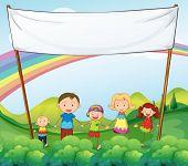 Ilustración de una familia en el jardín con un banner vacío