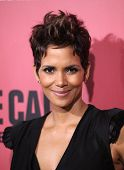 LOS ANGELES - 05 de MAR: Halle Berry llega a la Premier de Los Angeles