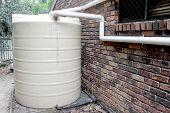 Tanque de agua suburbano 1