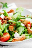 Salad with roasted chicken, tomatoes and feta