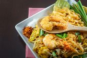 Постер, плакат: Thai Fried Noodles Served With Seasoning And Vegetable
