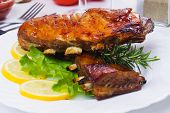Honey glazed barbecued ribs with lettuce and lemon slices