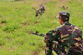 Soldat im Tarnung einheitliche mit Kalaschnikow