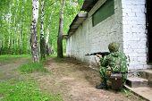 Soldat im Tarnung einheitliche mit Kalaschnikow aus dem Hinterhalt