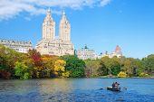 Parque Central de Nueva York Manhattan panorama en Lago de otoño con rascacielos y coloridos árboles ove