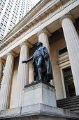 NEW YORK CITY - 1 januari: Wall Street met standbeeld van George Washington in Manhattan Financiën district durin
