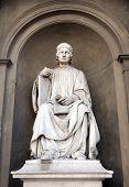 Estatua de Arnolfo Di Cambio por Luigi Pampaloni.