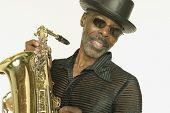 Retrato de homem tocando o saxofone