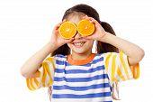 Funny girl con frutas en ojos