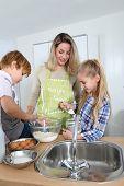 Постер, плакат: Матери и дети в кухне подготовка торт