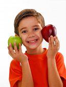 Постер, плакат: Маленький ребенок держа две свежие яблоки на белом фоне