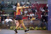 DAMANSARA - SEP 14: Low Wee Wern (Orange) Salven eine Rückkehr, die Schüsse in der women's Halbfinale des CIM