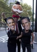 NEW YORK - 17 september: Demonstranten dragen Barrack Obama en Mitt Romney maskers schudden handen op de 1yr