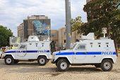 Policía espera en sus vehículos delante de AKM, mientras que los manifestantes ocupan el parque