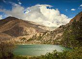 Постер, плакат: Красивые азиатские пейзаж яркие цвета нетронутая природа Непал