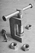 Mechanical Device For Threading In The Nut