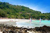 Turistas disfrutando de actividad de la playa en Karon beach, Phuket, Tailandia.