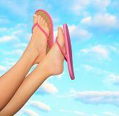 Постер, плакат: Женские ножки в розовые сандалии Летняя концепция