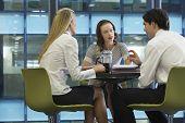 Tres empresarios tomando un café en el trabajo