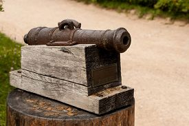 pic of cannon-ball  - little cannon monument on a Sunny day in the Park - JPG